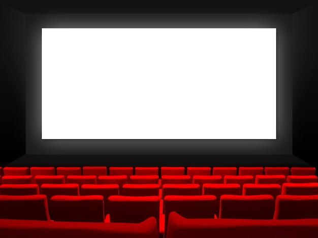 Bioscoopfilmtheater met roodfluwelen stoelen en een leeg wit scherm.