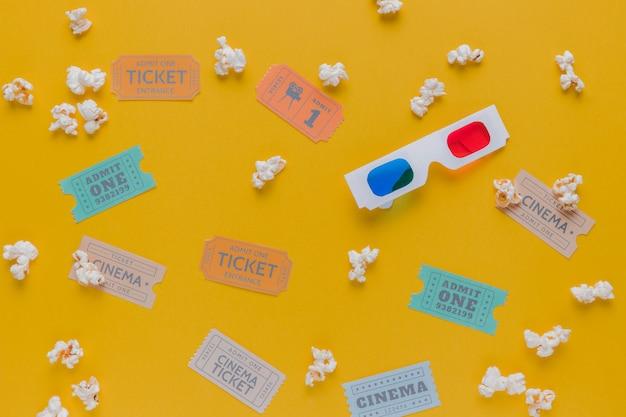 Bioscoopkaartjes met popcorns en 3d-bril