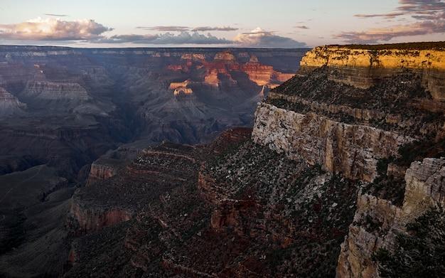 Bird'-eye shot van de prachtige grand canyon met rode, bruine en grijze rotsachtige bergen