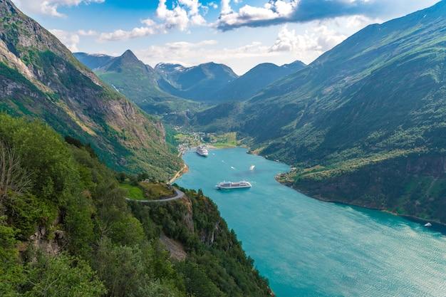Bird-eye shot van het uitzicht op de geirangerfjord, noorwegen