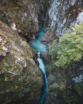 Bird-eye verticale shot van een rivier die door de rotsen stroomt