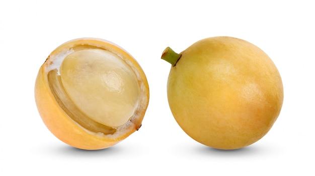 Birmaanse druif, tropisch fruit dat op wit wordt geïsoleerd