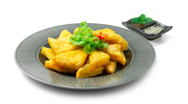 Birmese kikkererwten tofu gefrituurd geserveerd met notendipsaus bestrooi met sesam en zoete chilisaus voorgerecht gerecht aziatisch eten versieren groenten zijaanzicht