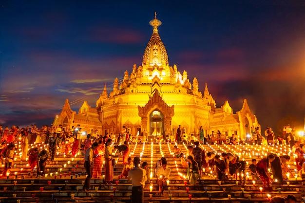 Birmezen staken kaarsen aan op belangrijke dagen van het boeddhisme. bij de buddha tooth relic temple in de provincie yangon, myanmar 27/10/61, is het algemene beeld niet scherp.