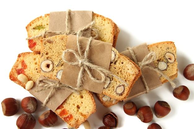 Biscotti met noten en gekonfijt fruit, geïsoleerd op wit