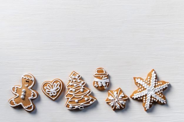 Biscuit cadeau witte houten achtergrond