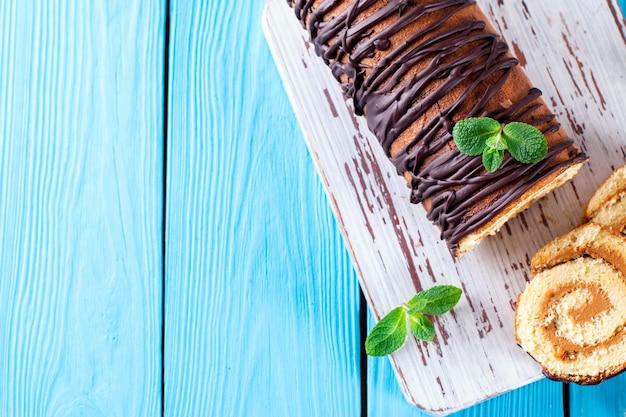 Biscuitbroodje op een blauwe houten achtergrond. kopieer ruimte.