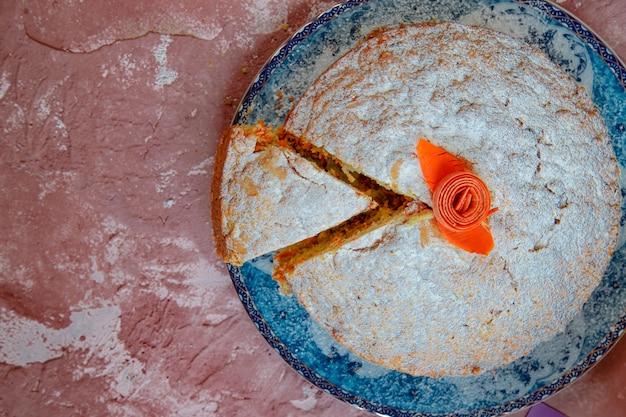 Biscuitcake met suikerpoeder bovenop