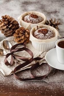 Biscuitgebak en kerstkarakters voor het nieuwe jaar