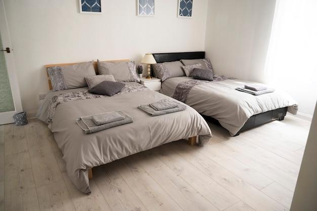 Bishop, auckland, vk 27 juli 2021. luxe tweepersoonsbed in hotelkamer. grijze slaapkamer met handdoeken op het bed, klaar om in te checken. binnenhuisontwerp