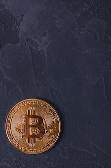 Bitcoin btc-munt op donker met exemplaarruimte