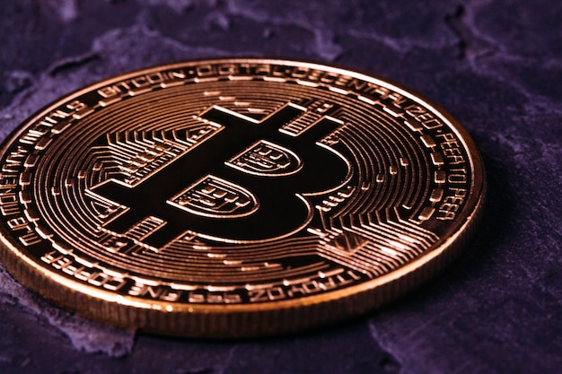 Bitcoin crypto-goud op donkere close-up