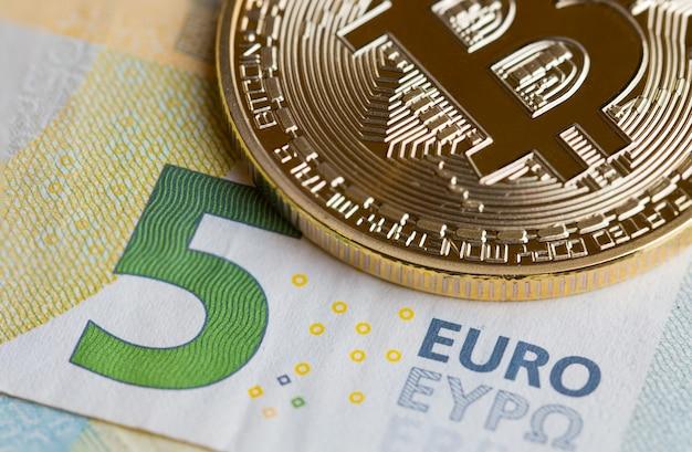Bitcoin crypto-valuta met symbool elektronisch circuit op euro eyp
