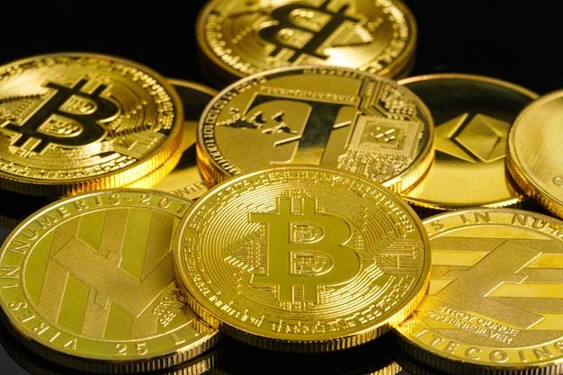 Bitcoin cryptocurrency digitale bit munt btc valuta concept, gouden munten met bitcoin en litecions symbool op een zwarte achtergrond