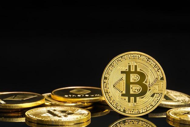 Bitcoin cryptocurrency digitale bit munt btc valuta concept, gouden munten met bitcoin symbool op een zwarte achtergrond