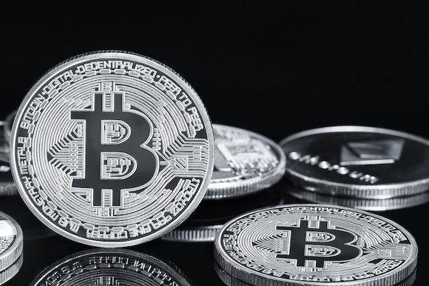 Bitcoin cryptocurrency digitale bit munt btc valuta concept, zilveren munten met bitcoin symbool op een zwarte achtergrond