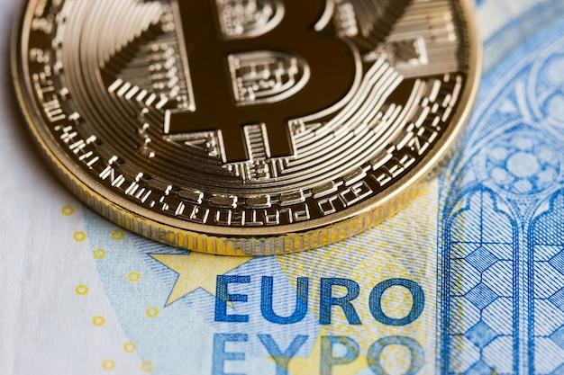 Bitcoin cryptocurrency is digitaal betalingsgeld concept, gouden munten met b-lettersymbool e