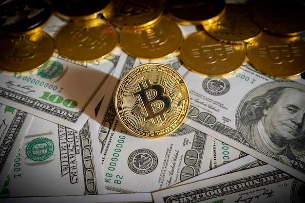 Bitcoin cryptocurrency-munten en dollarbiljetten op de achtergrond