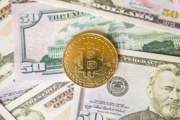Bitcoin cryptocurrency op ons dollars close-up. bedrijfsconcept van cryptovaluta.
