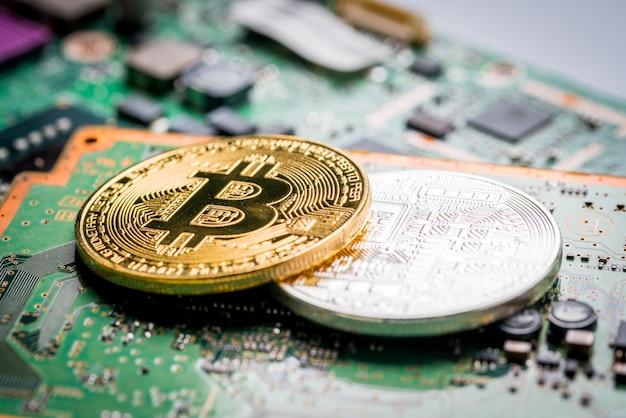 Bitcoin, de digitale valuta op moederbordachtergrond