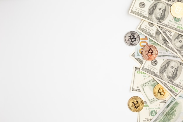 Bitcoin en bankbiljetten met kopie-ruimte