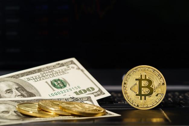 Bitcoin en bankbiljetten op toetsenbordcomputer close-up op zwarte achtergrond