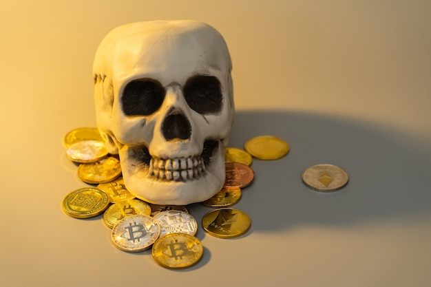 Bitcoin en schedel bespotten voor financieel bedrijfsconcept