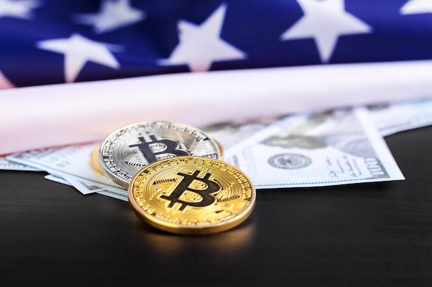 Bitcoin fysieke munten op amerikaanse vlag met dollars