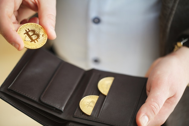 Bitcoin gouden munt in portefeuille. cryptocurrency-concept