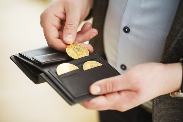 Bitcoin gouden munt in portemonnee. cryptocurrency concept