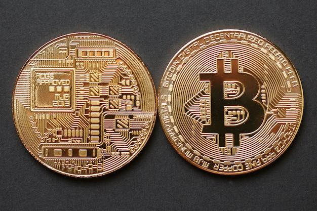 Bitcoin gouden munt op donkere achtergrond.