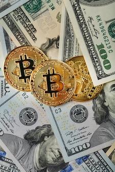 Bitcoin gouden munten op amerikaanse dollarbiljetten
