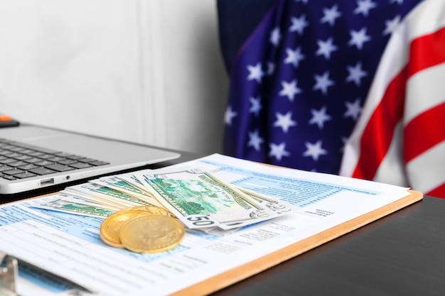 Bitcoin gouden munten op een kantoor van dollarbankbiljetten