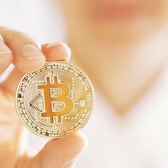 Bitcoin in de hand concept van virtueel geld