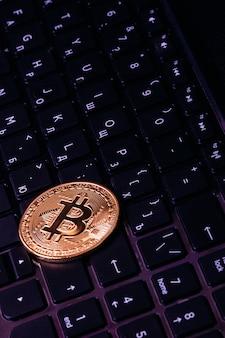 Bitcoin ligt op het toetsenbord van de laptop