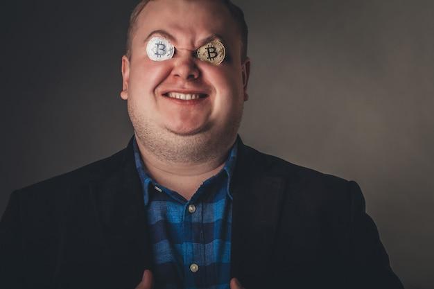 Bitcoin mannelijke minnaar met gouden munt op zijn ogen