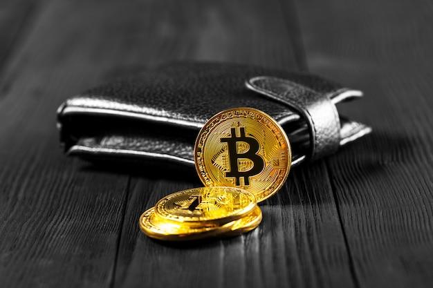 Bitcoin met dollar op beurs geïsoleerde zwart
