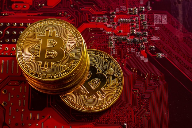 Bitcoin met printplaat microchips, virtuele cryptocurrency, mining golden, blockchain-technologie.