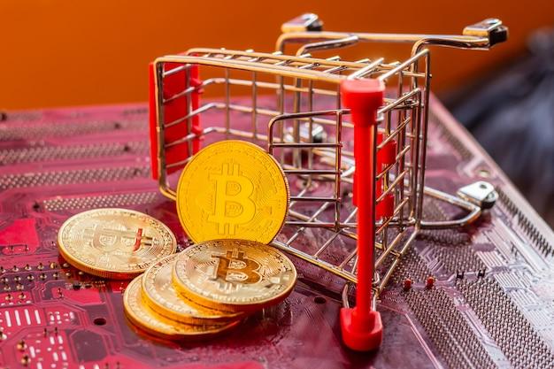 Bitcoin met printplaat microchips, virtuele cryptocurrency, mining golden, blockchain-technologie.