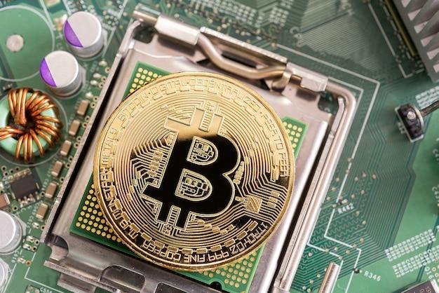 Bitcoin mijnbouwconcept van het graven van bitcoin op microchipbord