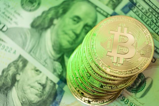 Bitcoin-munt met groene verlichting die verwijst naar de grote waardering van de valuta