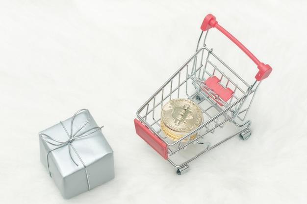 Bitcoin-munten in winkelwagen en geschenken. witte achtergrond