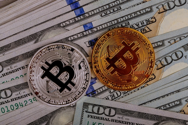 Bitcoin-munten op achtergrond met amerikaanse dollars