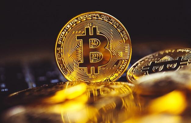 Bitcoin-munten op laptop toetsenbord. cryptocurrency.
