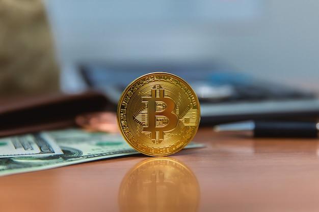 Bitcoin (nieuw virtueel geld) en bankbiljetten van één dollar.
