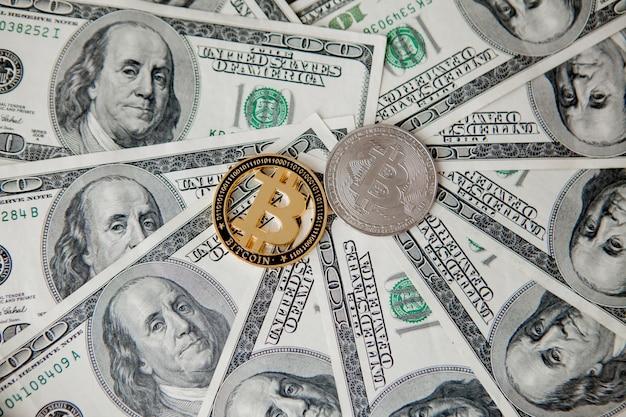 Bitcoin op amerikaanse dollarbiljetten. elektronisch geldwisselingsconcept