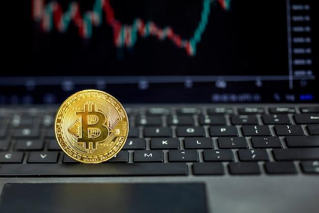 Bitcoin op computer met grafiek op achtergrond, bit coin cryptocurrency banking geldoverdracht bedrijfstechnologie. bitcoin-valutaprijs op computerscherm.