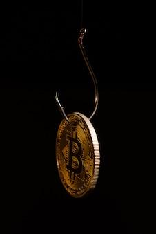 Bitcoin op een vishaak op zwarte ruimteachtergrond.