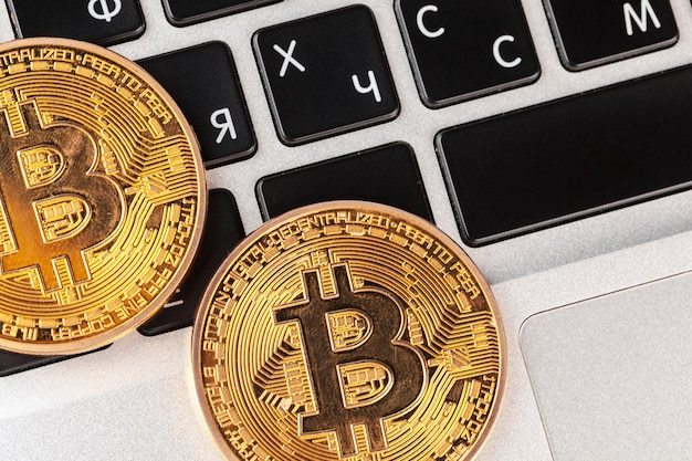 Bitcoin op laptop toetsenbord