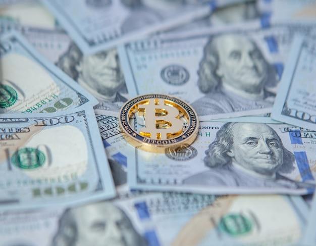 Bitcoin tegen de achtergrond van dollarbiljetten